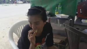 กินเก่ง!! รปภ.สาวทำสำเร็จแล้วกินทุเรียน 4 กก. หมด รับเงินสด 5,000 กลับบ้านแบบสบายๆ