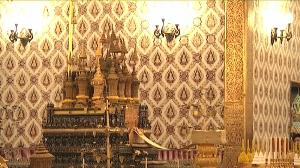 พระบาทสมเด็จพระเจ้าอยู่หัว ทรงกราบถวายบังคมพระบรมอัฐิและพระอัฐิ สมเด็จพระราชบุพการี 22 พระโกศ