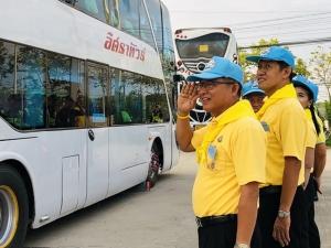 ประชาชนพร้อมใจกันเดินทางไปร่วมงานพระราชพิธีบรมราชาภิเษก