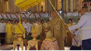 ในหลวง ถวายราชสักการะพระราชานุสาวรีย์ ร.๕ อัญเชิญพระรัศมีสวมพระเศียรพระพุทธอังคีรส วัดราชบพิธฯ