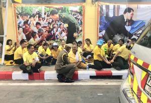 ภาพสุดประทับใจ ผู้การฯ ต่อศักดิ์ นั่งริมฟุตปาธ พูดคุย ปชช.ที่มารอรับเสด็จฯ อย่างไม่ถือตัว ชาวเน็ตแห่ชื่นชม