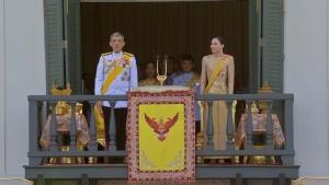 ในหลวง-พระราชินี ทรงโบกพระหัตถ์ แย้มสรวล ในการเสด็จออกสีหบัญชร