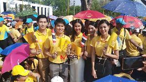 """ไม่เสียชาติเกิด นักร้องอาร์สยาม-ผู้ประกาศช่อง 8 เฝ้าฯ รับเสด็จ """"ในหลวง ร.๑๐"""" เสด็จออกสีหบัญชร ครั้งหนึ่งในประวัติศาสตร์ชาติไทย"""