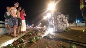 กระบะยางระเบิดพลิกคว่ำทำแตงโมกว่าสามตันตกแตกเกลื่อนถนน