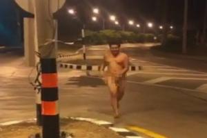 ฮือฮาโลกออนไลน์ สาวกทีมบาร์ซ่าวิ่งแก้ผ้ารอบไฟแดงเมืองอรัญฯ หลังพ่ายหงส์แดง (ชมคลิป)