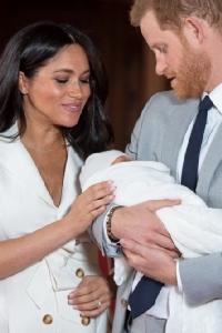 In Pics: น่ารักน่าชัง! เจ้าชายแฮร์รีและชายาอุ้มพระโอรสน้อยอวดพระพักตร์เป็นครั้งแรก