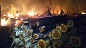 วอด..ไฟไหม้โรงงานไม้ชายแดนไทย-พม่า เปลวเพลิงสูงนับสิบเมตร-จนท.ดับจนเช้าถึงเอาอยู่