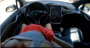 เตือนไม่ทันขาดคำ! หนุ่มสาวถ่ายคลิปเล่นเซ็กซ์บนรถยนต์อัจฉริยะไร้คนขับ