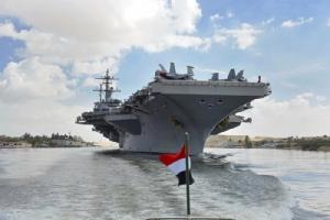 <i>เรือบรรทุกเครื่องบิน ยูเอสเอส อับราฮัม ลินคอล์น ของกองทัพเรือสหรัฐฯ ขณะแล่นผ่านคลองสุเอซ เมื่อวันที่ 9 พฤษภาคม  บนเส้นทางมุ่งหน้าไปยังอ่าวเปอร์เซีย </i>