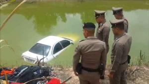 ถูกอริไล่ฆ่าหนุ่มซิ่งหนีตายรถพุ่งลงสระน้ำ ตำรวจค้นเจอทั้งยาบ้า-ไก่ชน