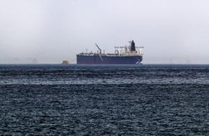 """ภาพที่ถ่ายเมื่อวันจันทร์ (13 พ.ค.) แสดงให้เห็น เรือบรรทุกน้ำมัน """"อัมจัด"""" ซึ่งซาอุดีอาระเบียระบุว่าเป็นเรือ 1 ใน 2 ลำของตนที่ถูกก่อวินาศกรรมได้รับความเสียหาย บริเวณนอกชายฝั่งของรัฐฟูไจลาห์ สหรัฐอาหรับเอมิเรตส์"""