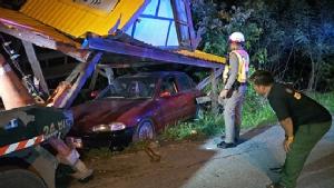 เก๋งเมาตกใจไฟไซเรนตำรวจ หักรถหลบเสียหลักชนศาลาพักผู้โดยสารพังยับ