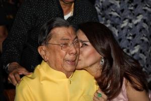 """""""ปู่จิ๋ว""""ควงภรรยาฉลองวันเกิดวัย 87 ห่วงความขัดแย้ง วอนนักการเมืองอย่าทะเลาะกันเอง อย่าโทษทหารยึดอำนาจ"""