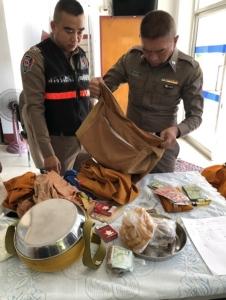 รวบ 2 ชาวกัมพูชาแต่งกายเลียนแบบพระสงฆ์ ออกบิณฑบาตในตลาดสดคลองใหญ่ จ.ตราด