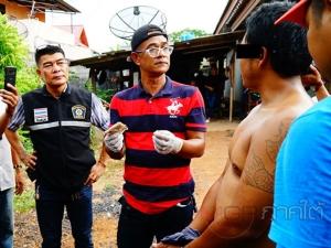 พ่อค้ายาบ้าวิ่งหนีตำรวจซุกใต้เตียงหลังถูกบุกจับ แต่สุดท้ายไปไม่รอด