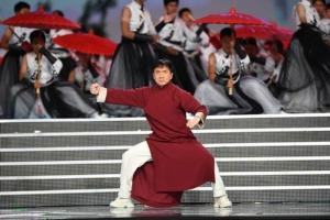 ซูเปอร์สตาร์ แจ๊คกี้ ชาน กำลังร่วมแสดงชุด