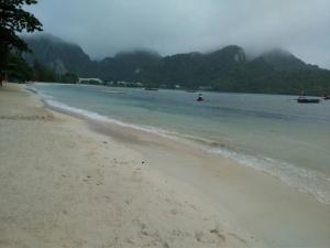 แชร์สนั่น! น้ำทะเลเกาะพีพีสีดำ คาดโรงแรมลักลอบปล่อยน้ำเสีย