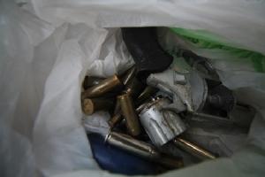 ฝ่ายปกครองคลองหลวง จับต่างด้าวเสพยามีอาวุธปืนพร้อมเครื่องกระสุน