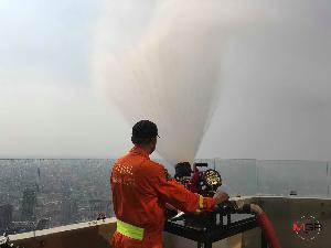 เจ้าหน้าที่ดับเพลิงกรุงเทพมหานครใช้หัวดับเพลิงพ่นน้ำลดฝุ่นละอองบนตึกใบหยก (แฟ้มภาพ)