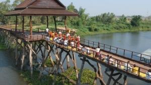 วิสาขบูชา!ชาวมหาสารคามหอบลูกจูงหลานตักบาตรบนสะพานไม้ข้ามน้ำชี