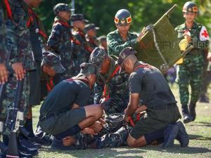 ภาพประทับใจ! ทหารใหม่ก้มกราบพ่อแม่ในกิจกรรมวันเยี่ยมญาติของกรมทหารราบที่ 5