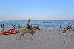 หาดทรายกว้างของชะอำมีกิจกรรมให้ทำมากมาย