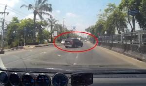 ใครผิด? รถยนต์หรูตัดจากซ้ายไปขวาสุด ด่ากลับรถหลังบีบแตรเตือนไม่มีจิตสำนึก (ชมคลิป)