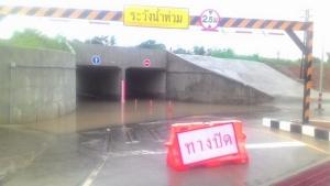 ฝนตกไม่กี่อึดใจ! น้ำท่วมอุโมงค์ลอดรถไฟทางคู่เมืองพล แชร์ประจานว่อน