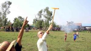 เสน่ห์วิถีถิ่น นักศึกษาฝรั่งบินลัดฟ้าร่วมขบวนเซิ้งบั้งไฟขอฝนกาฬสินธุ์
