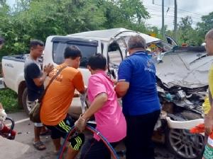 สยอง! กระบะชนรถปูนอย่างแรง กู้ภัยงัดร่างหนุ่มถูกอัดก๊อบปี้ส่งโรงหมอ