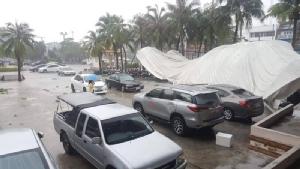พายุฝน-ลมแรง ถล่ม อ.บ้านบึง จ.ชลบุรี  ช่วงเย็นที่ผ่านมาทำเสียหายหลายจุด
