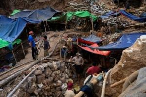 ชาวพม่าแห่เสี่ยงโชคขุดหาทับทิมโมก๊อก หลังรัฐบาลแก้กฎหมายอุตสาหกรรมเหมือง
