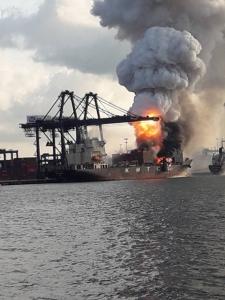 ด่วน!!  เกิดเหตุไฟไหม้ตู้คอนเทนเนอร์ บรรทุกสารเคมีระเบิด บนเรือขนส่งสินค้า ท่าเทียบเรือ 2
