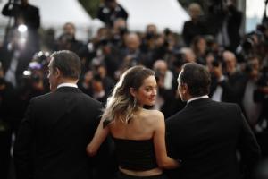 งานเทศกาลภาพยนต์คานส์ฝรั่งเศสของปีนี้ ช่างภาพต่างรุมจับจ้องการเดินทางมาถึงพรมแดงของดาราสาวชาวฝรั่งเศสชื่อดัง มาริยง โกติยาร์ (Marion Cotillard)  ในรอบพรีเมียร์ของภาพยนต์