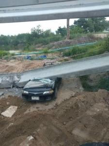 ระทึก! คานสร้างสะพานมอเตอร์เวย์โคราชถล่มทับเก๋งขาด 2 ท่อน คนงานหนีตายกระเจิง