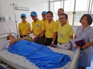 ผู้ว่าฯ ชลบุรีเข้าเยี่ยมผู้ประสบเหตุเพลิงไหม้เรือบรรทุกสินค้านอนพักรักษาตัวในโรงพยาบาล