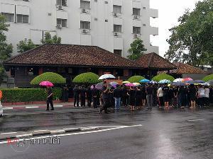 ประชาชนชาวสงขลามาร่วมไว้อาลัยบริเวณด้านหน้าพิพิธภัณฑ์