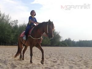 ทึ่ง! เด็กหญิง 7 ขวบควบม้ากลับบ้านหลังเลิกเรียนทุกวัน โซเชียลแห่ชื่นชม