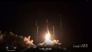 ภาพจากวิดีโอถ่ายทอดการปล่อยจรวดส่งดาวเทียมอินเทอร์เน็ตของสเปซเอกซ์เมื่อ 23 พ.ค.2019 เผยให้เห็นจรวดฟอลคอน 9 ที่ฐานปล่อยจรวด ซึ่งบรรทุกดาวเทียมสตาร์ลิงก์ 60 ดวง กำลังทะยานขึ้นจากฐานปล่อยสเปซลอนช์คอมเพลกซ์ 40 (Space Launch Complex 40: SLC-40) ที่ฐานทัพอากาศแหลมคานาเวอรัล ฟลอริดา (HO / SPACEX / AFP)