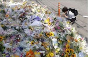 ชาวญี่ปุ่นจำนวนมากไว้อาลัยในที่เกิดเหตุ