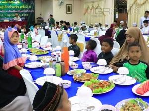 กลุ่มศิษย์เก่า ม.เกษมบัณฑิต จัดเลี้ยงอาหารละศีลอดแก่เด็กกำพร้าชายแดนใต้