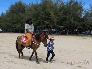 """""""น้องใบบัว"""" สาวน้อยคาวเกิร์ลวัย 7 ขวบ ใช้เวลาวันหยุดขี่ม้าโชว์ช่วยพ่อเรียกลูกค้า (มีคลิป)"""