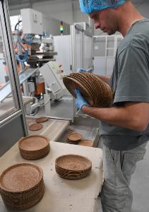 คนงานในโรงงานไบโอเทรมจัดเรียงจานกินได้  (Janek SKARZYNSKI / AFP)