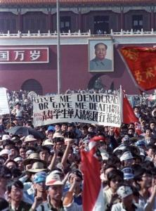 """กลุ่มนักศึกษาจีนถือป้าย เขียนว่า """"ให้ประชาธิปไตยแก่ฉัน หรือไม่ก็ให้ความตายแก่ฉัน""""  ระหว่างการประท้วงที่จัตุรัสเทียนอันเหมิน กรุงปักกิ่ง เมื่อวันที่ 14 พ.ค. (แฟ้มภาพ รอยเตอร์ส)"""