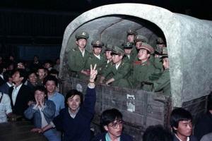 ชาวปักกิ่งล้อมรถหุ้มเกราะของกองทัพที่ขนทหาร 4,000 นาย บริเวณชานเมืองปักกิ่ง เมื่อวันที่ 20 พ.ค.1989  เพื่อสกัดประชาชนเดินทางต่อไปเข้าร่วมการประท้วงเรียกร้องการปฏิรูปประชาธิปไตยบริเวณจัตุรัสเทียนอันเหมิน (แฟ้มภาพ รอยเตอร์ส)