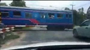 ฝรั่งอึ้ง! คนไทยไร้วินัยฝ่าแนวกั้นรถไฟทั้งที่มีเครื่องกั้น แต่พอตายกลับเศร้าเสียใจ