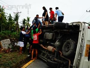 น้ำใจคนไทย! ชาวบ้านเร่งช่วยผู้โดยสารรถตู้หลังเกิดพลิกคว่ำจากการโดนปาดหน้า