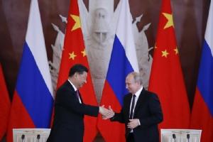 <i>ประธานาธิบดีวลาดิมีร์ ปูติน ของรัสเซีย (ขวา) กับประธานาธิบดีสี จิ้นผิง ของจีน จับมือกันหลังพิธีลงนามในคำแถลงร่วม ซึ่งจัดขึ้นภายหลังผู้นำทั้งอสงพบปะเจรจากันในวังเครมลิน กรุงมอสโก เมื่อวันพุธ (5 มิ.ย.) </i>