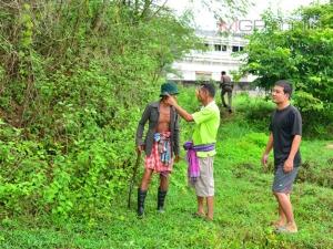 หนีไม่ได้! พ่อเฒ่าไหวพริบดีเข้าล็อกล้อรถจับตัวคนร้ายที่แอบตัดสายไฟในหมู่บ้าน
