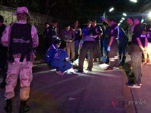 หนุ่มใหญ่ขับรถเข้าซอยบ้านพัก มองไม่เห็นชนคนนอนกลางถนนลากติดรถเสียชีวิต
